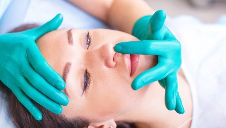 Mujer recuperándose de la rinoplastia