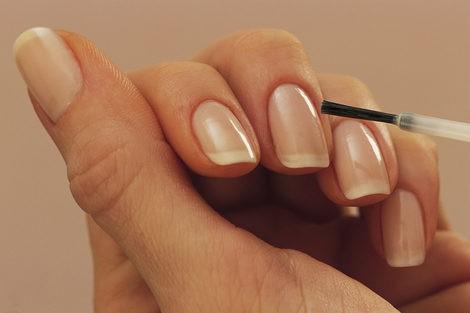 Aplica una base transparente antes de extender el esmalte definitivo
