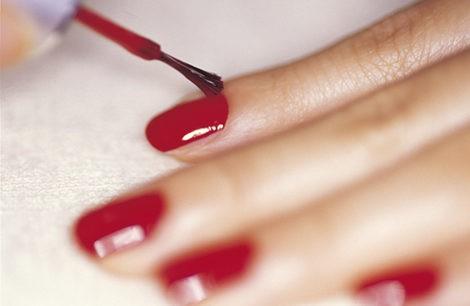 Apoya la mano sobre una mesa para pintarte las uñas