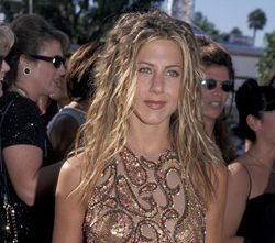 Jennifer Aniston con rastas en los Emmy de 1999