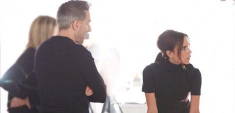 Victoria Beckham junto al director creativo de Estée Lauder, Tom Pecheux | Twitter: @Victoriabeckham