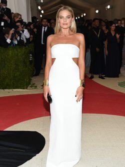 Margot Robbie en la gala del MET 2016 en vestido Calvin Klein