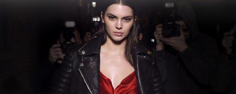 Kendall Jenner protagoniza la nueva campaña de Estée Lauder para el perfume 'Modern Muse Le Rouge Gloss'