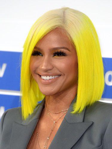Cassie con el cabello amarillo