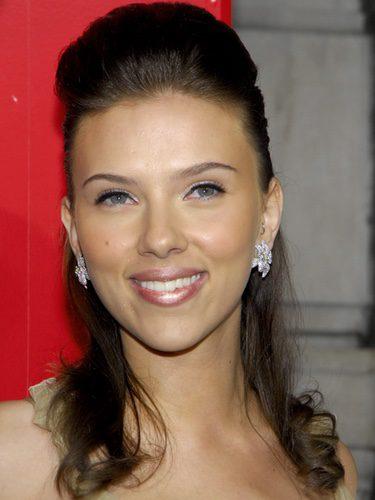 Scarlett Johansson con un tupé y el pelo suelto