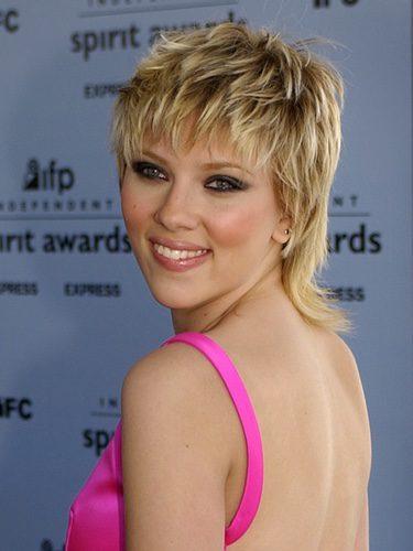 Scarlett Johansson con el pelo corto y a capas