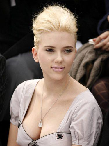 Scarlett Johansson con un cardado en la cabeza