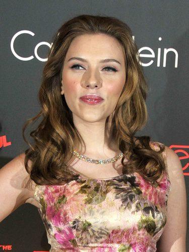 Scarlett Johansson con el pelo hacia atrás