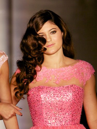 Kylie Jenner con un peinado de bucles