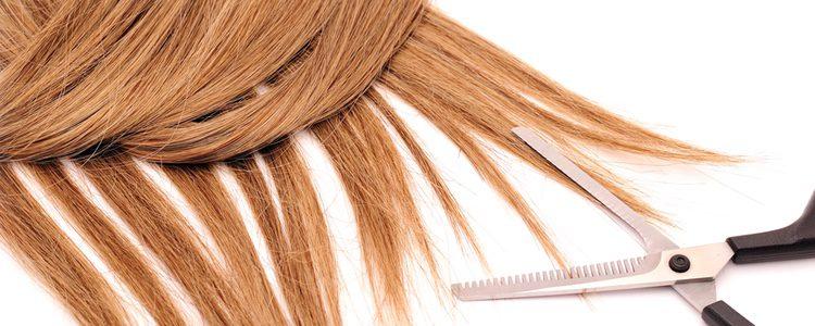 Si no sabes darle forma tu a la peluca, llévala a un peluquero para que lo haga
