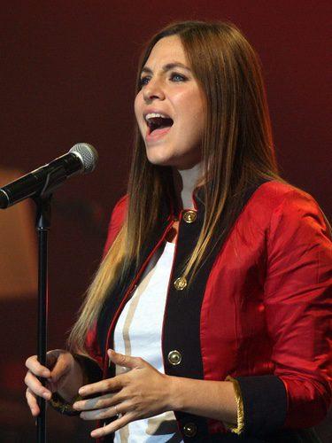 Leire Martínez interpreta un tema con el cabello liso