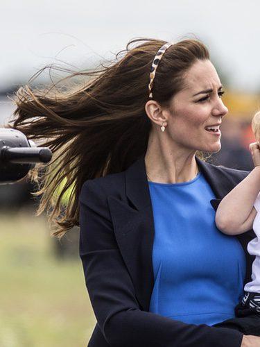 Kate Middleton recoge su cabello con una diadema de lunares