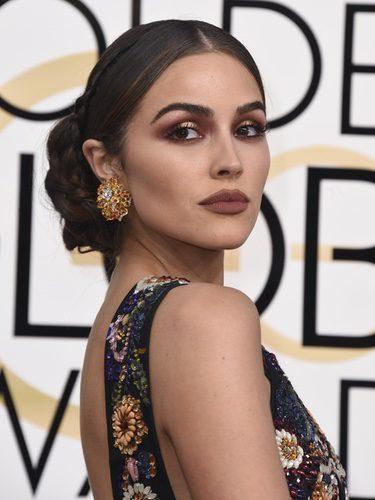 Olivia Culpo conquista con un moño bajo y un maquillaje de contrastes