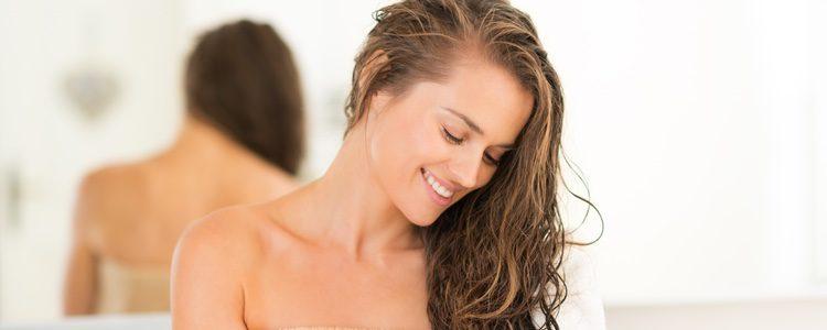 La mejor manera de eliminar los restos de cera es lavando el pelo en profundidad