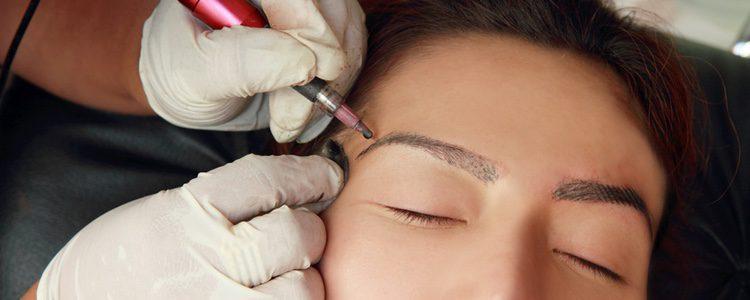 Este método se hace a través de un lápiz parecido a las máquinas de tatuaje