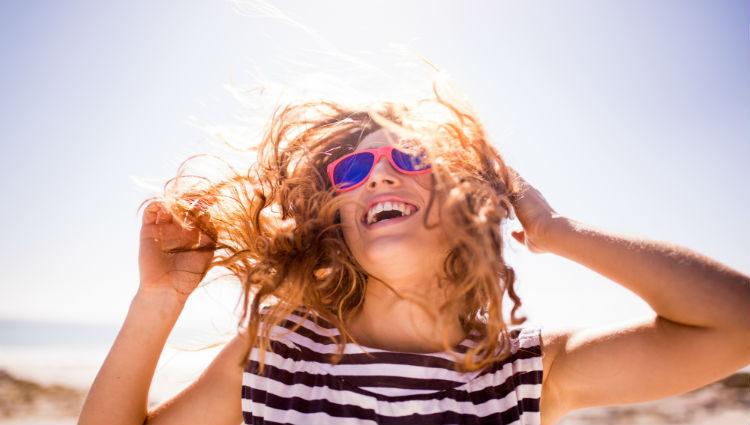 Es mejor proteger el pelo de agentes externos como el sol o el cloro de las piscinas