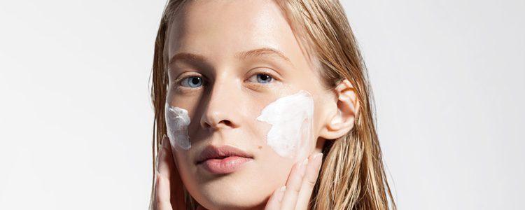 Lo primero es aplicar una crema hidratante específica o prebase