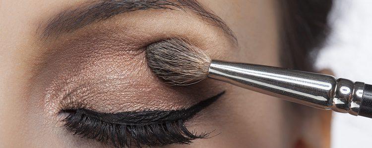 Para crear un efecto ocular puedes utilizar dos tonalidades de sombra de ojos sobre el párpado