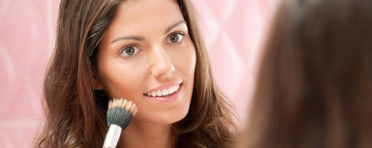 Para terminar, lo mejor es emplear un colorete que no destaque demasiado sobre tu rostro
