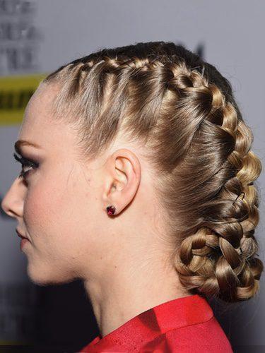Amanda Seyfried apuesta por las trenzas de raíz para recoger su cabello