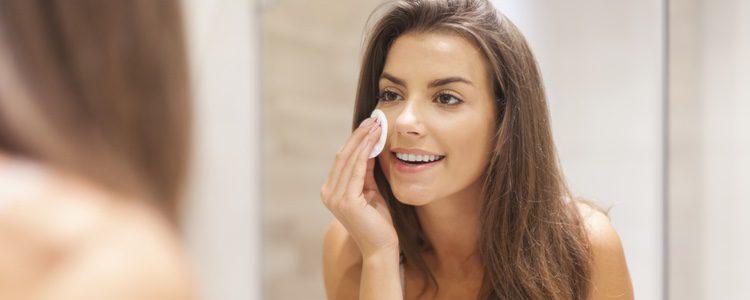 Lo primero que debes hacer es limpiar tu piel e hidratarla para que no se note el acné