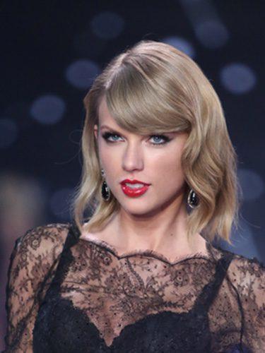 Taylor Swift pelo corto y ligeramente ondulado