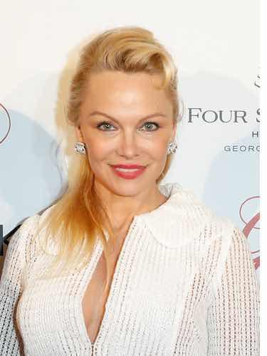 Pamela Anderson luciendo tupé
