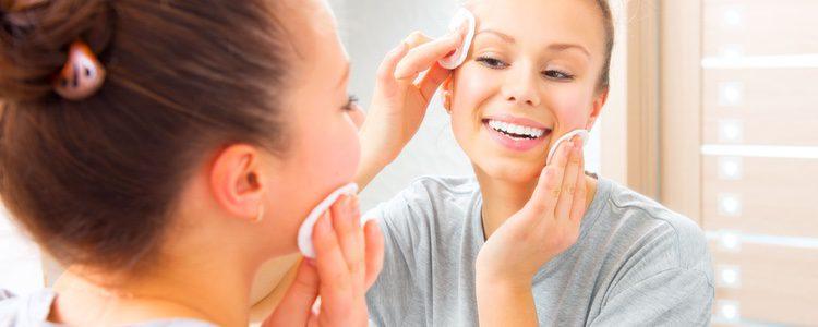 Es importante lavar el rostro dos veces al día