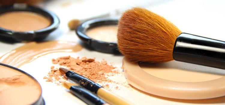 Los polvos te ayudarán a que se mantenga la base de maquillaje