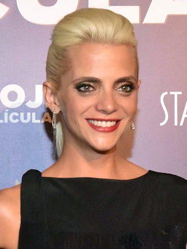 Macarena Gómez con cabello rubio recogido y cardado