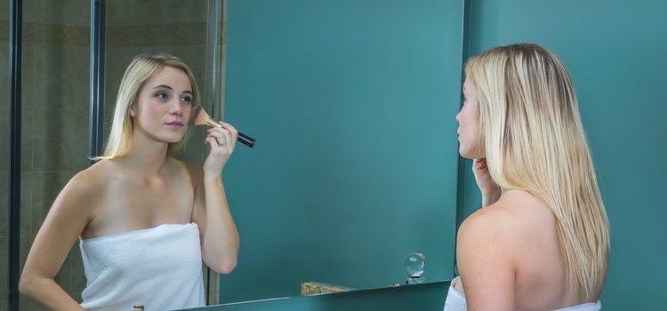 Una vez te hayas aplicado la crema hidratante podrás proceder a ponerte la base de maquillaje