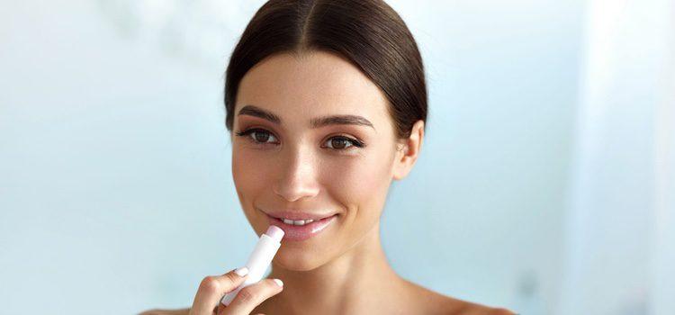 Si está en el labio el herpes usa un pintalabios oscuro