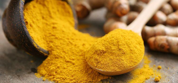 El primer remedio casero es la cúrcuma, gracias a sus propiedades milagrosas actúa como antiinflamatorio