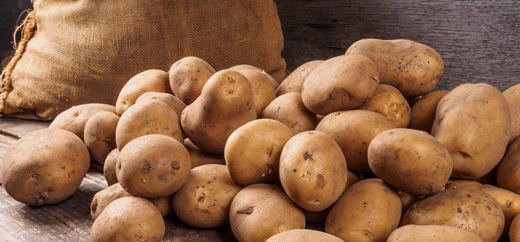 La patata es rica en taninos, flavonoides y alcaloides que lo hacen beneficiosa para la piel