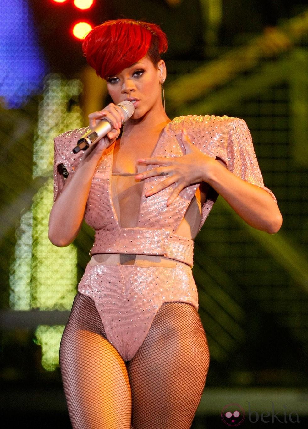 De Rihanna Con Pelo Corto Y Flequillo Con Corte Diagonal En Color Rojo