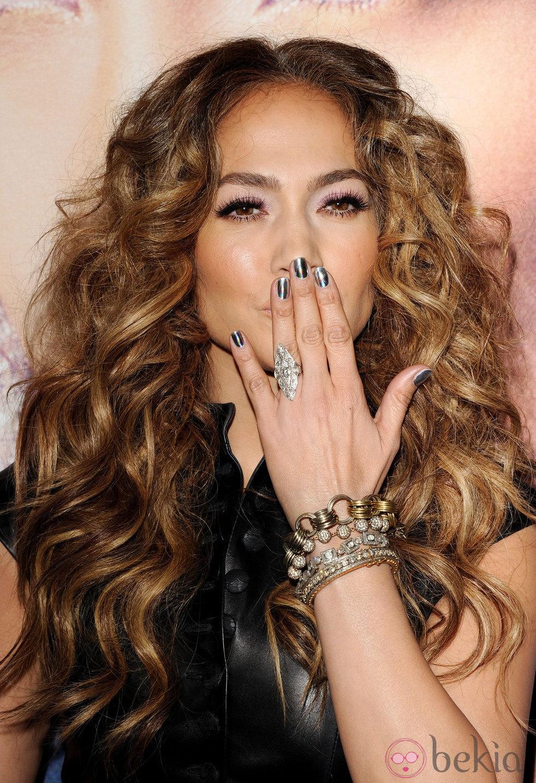 La cantante Jennifer Lopez con las uñas decoradas. (Gtres)